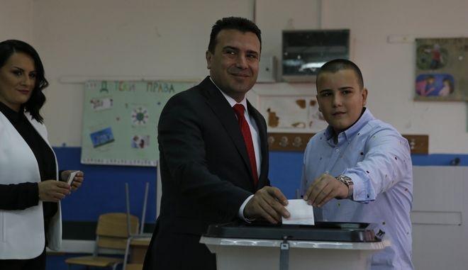 Ο πρωθυπουργός της πΓΔΜ Ζόραν Ζάεφ ψηφίζει στο κρίσιμο για τη χώρα δημοψήφισμα σε εκλογικό κέντρο στη Strumica
