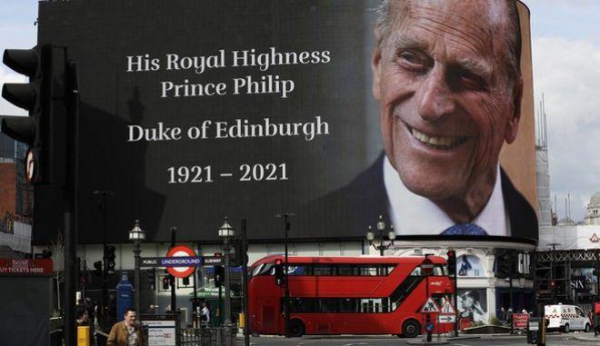 Αφίσα με τον Πρίγκιπα Φίλλιπο, Δούκα του Εδιμβούργου. Σήμερα θα τελεστεί η κηδεία του