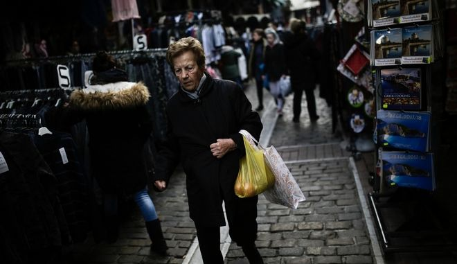 People shopping at Vlali Market (Kapani) two days before the New Year's Eve in Thessaloniki, Greece on December 29, 2017. /      ()       , , , 29  2017.