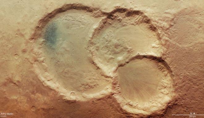Σπάνιος εντυπωσιακός τριπλός κρατήρας στην επιφάνεια του Άρη