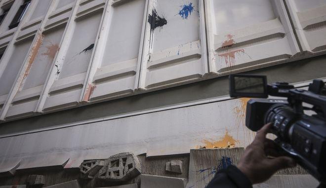 Επίθεση με μπογιές τα ξημερώματα της Δευτέρας 5 Νοεμβρίου 2018, στο Γαλλικό Ινστιτούτο της Αθήνας, που βρίσκεται στην οδό Σίνα.