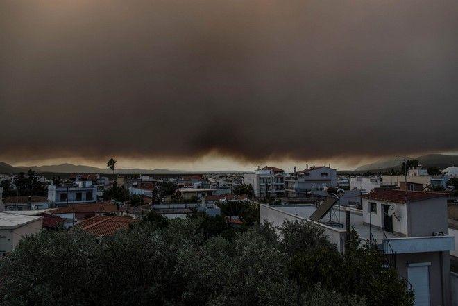 Μαύροι καπνοί καλύπτουν το νησί της Εύβοιας και δυσχεραίνουν την αναπνοή και την όραση στους κάτοικους, από τη μεγάλη πυρκαγιά που ξέσπασε τη νύχτα σε δασική περιοχή στην θέση Αργιλίτσα του δήμου Διρφύων Μεσσαπείων