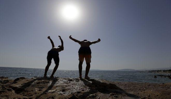 Δύο αγόρια ετοιμάζονται για βουτιά στην θάλασσα