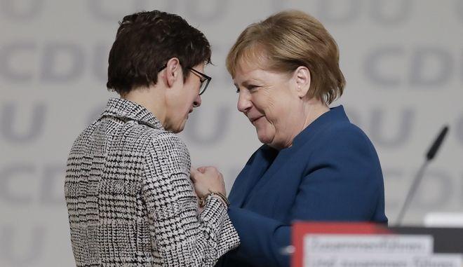 Η Άνγκελα Μέρκελ συγχαίρει την Ανεγκρέτ Κραμπ-Καρενμπάουερ για την εκλογή της στην ηγεσία του CDU