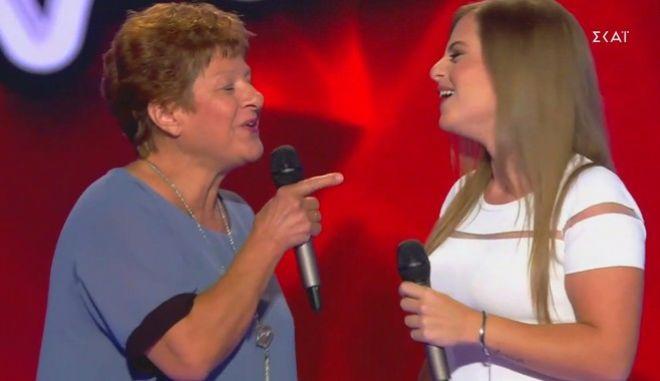 """Γιαγιά διαγωνιζόμενης δίνει ρέστα στη σκήνη του """"The Voice"""""""