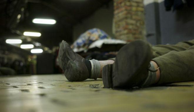 Άστεγος στην πρωτεύουσα της Ουγγαρίας, Βουδαπέστη, κοιμάται στο πάτωμα κτιρίου που το κράτος χρησιμοποιεί ως ξενώνα. Η Ουγγαρία προώθησε συνταγματική αναθεώρηση που ποινικοποιεί τους αστέγους και μπορεί να τους οδηγήσει στη φυλακή