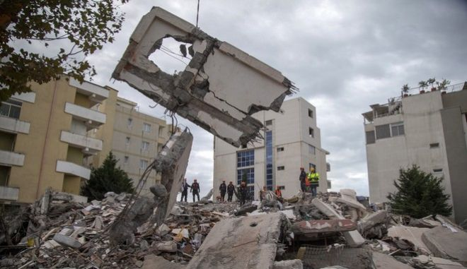 Διασώστες επιχειρούν στα χαλάσματα μετά τον σεισμό των 6,4 Ρίχτερ