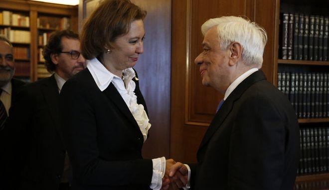 Συνάντηση του Προέδρου της Δημοκρατίας, Προκόπη Παυλόπουλου με την αναπληρώτρια γενική διευθύντρια του Διεθνούς Οργανισμού Μετανάστευσης, πρέσβη Λώρα Τόμπσον, την Πέμπτη 16 Μαρτίου 2017. (EUROKINISSI/ΣΤΕΛΙΟΣ ΜΙΣΙΝΑΣ)