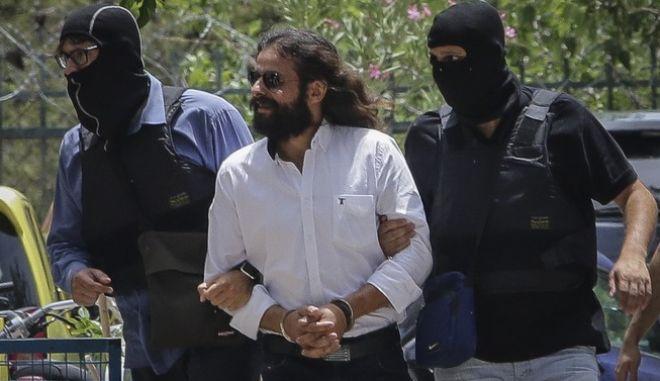 Ο βουλευτής Κώστας Μπαρμπαρούσης οδηγείται ενώπιον του ανακριτή από αστυνομικούς