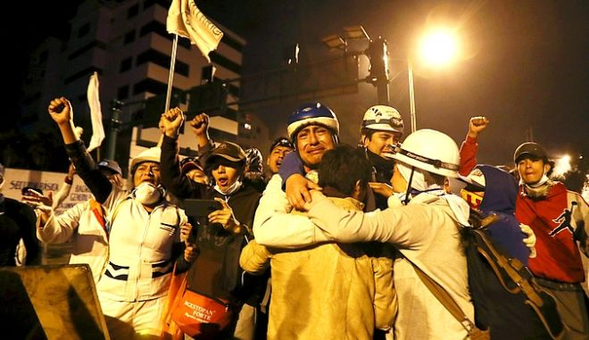 Διαδηλωτές πανηγυρίζουν για την οπισθοχώρηση της κυβέρνησης