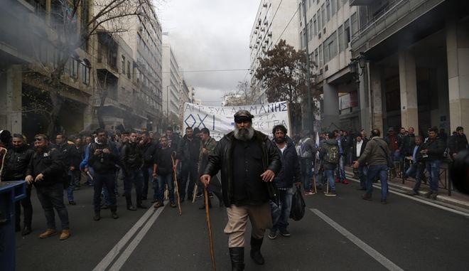 ΑΘΗΝΑ-ΣΥΓΚΕΝΤΡΩΣΗ ΑΓΡΟΤΩΝ ΑΠΟ ΤΗΝ ΚΡΗΤΗ ΣΤΗ ΠΛΑΤΕΙΑ ΒΑΘΗΣ ΚΑΙ ΠΟΡΕΙΑ ΠΡΟΣ ΣΤΑ ΓΡΑΦΕΙΑ ΤΟΥ ΣΥΡΙΖΑ .(Eurokinissi-ΣΤΕΛΙΟΣ ΜΙΣΙΝΑΣ)