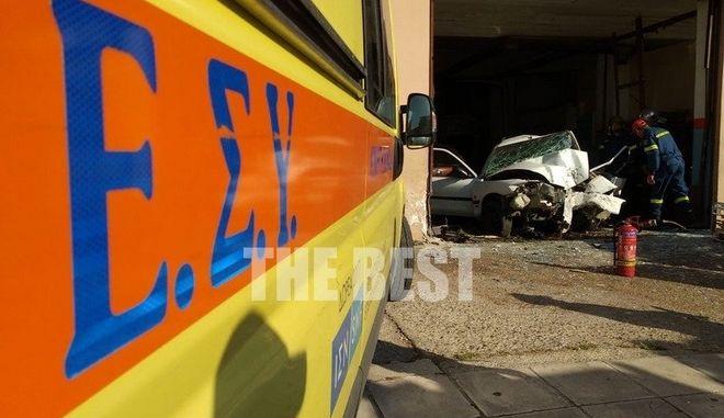 """Πάτρα: Αυτοκίνητο """"εισέβαλε"""" σε συνεργείο - Νεκρός ο οδηγός"""
