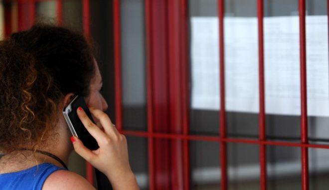 Αναρτήθηκαν το μεσημέρι της Πέμπτης 29 Αυγούστου 2013, στα σχολεία της πόλης των Τρικάλων οι βάσεις εισαγωγής και τα ονόματα των επιτυχόντων σε πανεπιστήμια, ΑΤΕΙ, Στρατιωτικές και Αστυνομικές Σχολές. Στο στιγμιότυπο υποψήφιος πληροφορείται τα αποτέλεσματα στο 8ο Λύκειο Τρικάλων. (EUROKINISSI/ΘΑΝΑΣΗΣ ΚΑΛΛΙΑΡΑΣ)