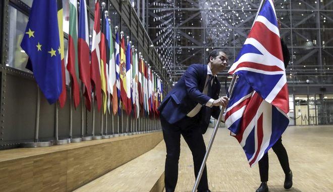 H απομάκρυνση της βρεταινικής σημαίας από την κεντική αίθουσα της έδρας της ΕΕ.