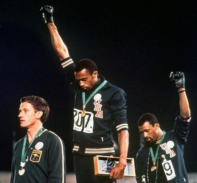 Ο Tommie Smith και ο John Carlos υψώνουν τις γροθιές τους, για να θυμήσουν πως υπάρχουν ανθρώπινα δικαιώματα, στους Ολυμπιακούς Αγώνες του Μεξικού (AP Photo, File).