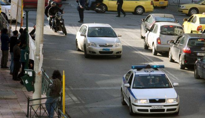 """Στον εισαγγελέα Εφετών μερ ισχυρά μετρα ασφαλείας οδηγήθηκε πρίν από λίγο,καθώς συνελήφθη και πάλι ο Κώστας Σακκάς,για την υπόθεση """"της συνομωσίας των πυρήνων της φωτιάς"""" ,Παρασκευή 17 Ιανουαρίου 2014 (EUROKINSSI/ΤΑΤΙΑΝΑ ΜΠΟΛΑΡΗ)"""