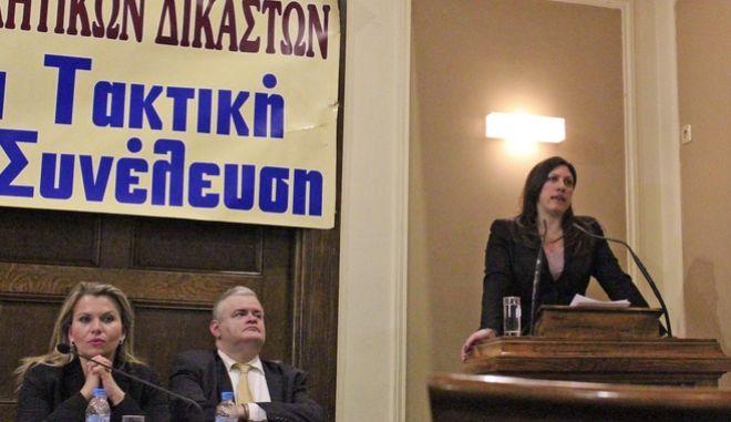 Άστραψε και βρόντηξε η Κωνσταντοπούλου για τις τηλεοπτικές άδειες: Αποφασίζετε και διατάζετε