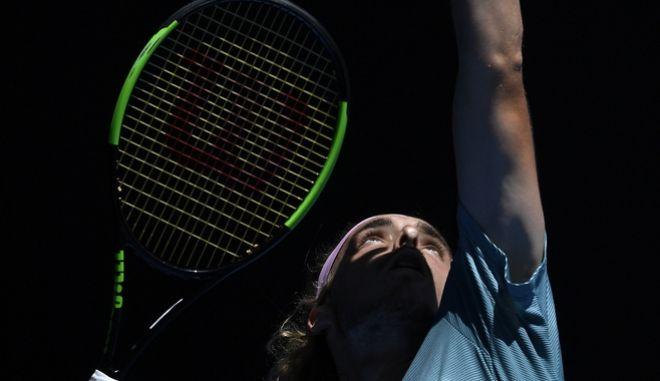 Ο Στέφανος Τσιτσιπάς ετοιμάζεται για το σερβίς στον αγώνα που του έδωσε την πρόκριση στους ημιτελικούς