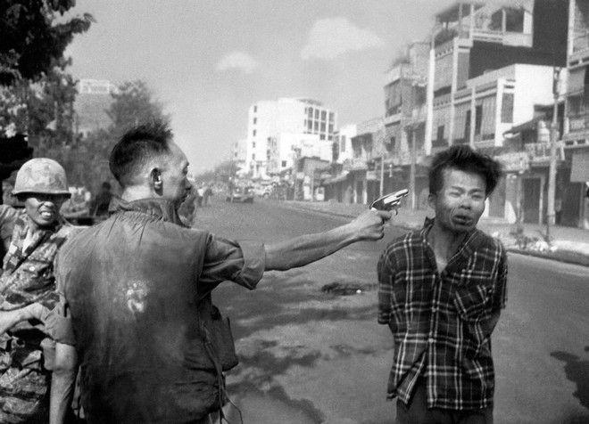 O αρχηγός της Αστυνομίας του Νοτίου Βιετνάμ, στρατηγός Νγκουγιέν Νγκοκ Λόαν, εκτελεί εν ψυχρώ τον Βιετκόνγκ.