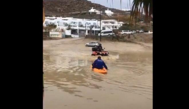 Μύκονος: Βγήκε με κανό στους πλημμυρισμένους δρόμους