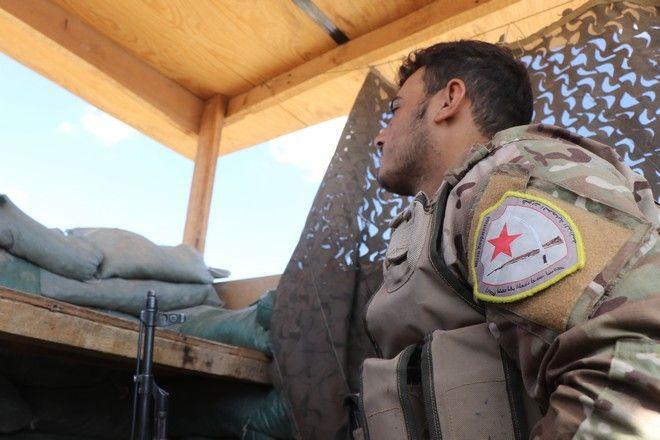 Κούρδων μαχητής των Συριακών Δημοκρατικών Δυνάμεων (SDF) στα σύνορα Τουρκίας-Συρίας