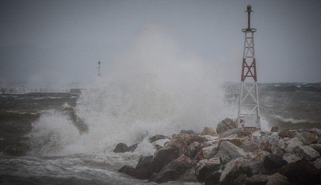Ισχυροί άνεμοι στο λιμάνι της Ραφήνας λόγω της κακοκαιρίας