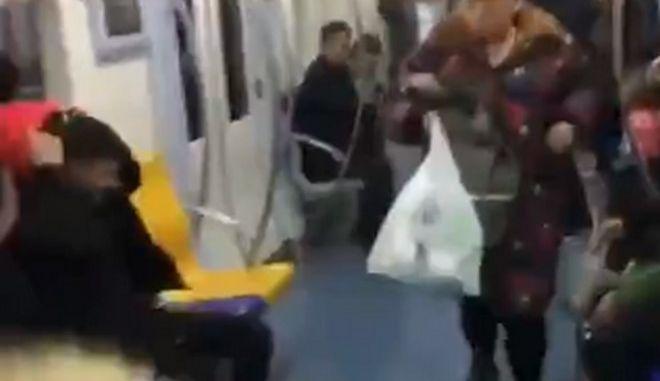 Βίντεο: Δεν θα πιστέψεις τι έκανε, για μια θέση στο τρένο
