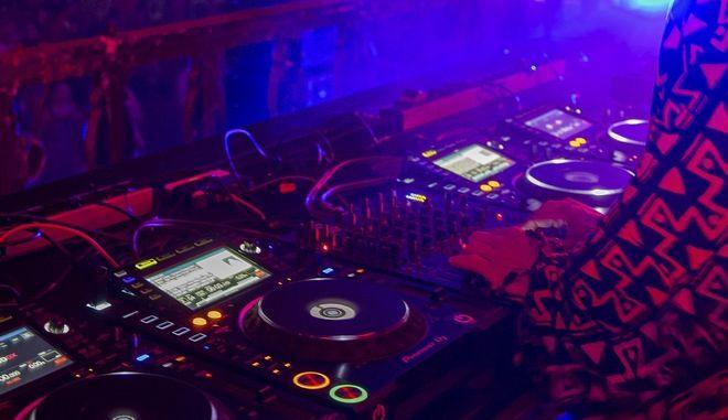 DJ επί το έργον - Φωτογραφία αρχείου