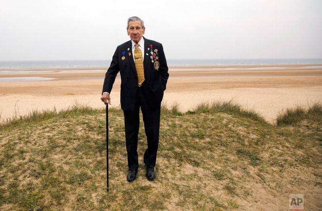 Ο Charles Norman Shay που πολέμησε στον Β Παγκόσμιο Πόλεμο και στην απόβαση στη Νορμανδία, κατάγεται από το ινδικό νησί Maine και ποζάρει πάνω σε έναν αμμόλοφο στην παραλία Omaha