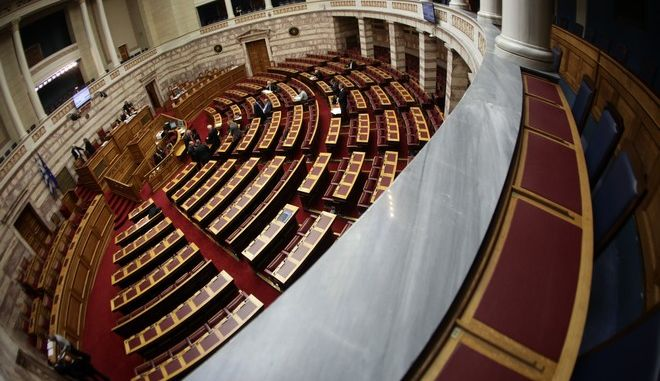 Συζήτηση και λήψη απόφασης επί της προτάσεως που κατέθεσαν ο Πρόεδρος της Κοινοβουλευτικής Ομάδας του Συνασπισμού Ριζοσπαστικής Αριστεράς Αλέξης Τσίπρας και οι Βουλευτές του Κόμματός του και ο Πρόεδρος της Κοινοβουλευτικής Ομάδας των Ανεξαρτήτων Ελλήνων Παναγιώτης (Πάνος) Καμμένος και οι Βουλευτές του Κόμματός του, για σύσταση Ειδικής Κοινοβουλευτικής Επιτροπής που θα διενεργήσει προκαταρκτική εξέταση με αντικείμενο την διερεύνηση των όσων εκτίθενται στην ανωτέρω πρότασή τους προς την Βουλή των Ελλήνων, με την οποία αναφέρονται στις ποινικές δικογραφίες που διαβιβάστηκαν στη Βουλή και αφορούν στον πρώην Υπουργό Εθνικής Άμυνας Ιωάννη Παπαντωνίου, σχετικά με την ενδεχόμενη τέλεση των αδικημάτων της απιστίας στρεφόμενης κατά του Δημοσίου και της νομιμοποίησης εσόδων από εγκληματική δραστηριότητα, κατά την άσκηση των καθηκόντων του, στο πλαίσιο σύναψης συμβάσεων εξοπλιστικών προγραμμάτων του Υπουργείου Εθνικής Άμυνας, την Τρίτη 28 Μαρτίου 2017. (EUROKINISSI/ΓΙΑΝΝΗΣ ΠΑΝΑΓΟΠΟΥΛΟΣ)