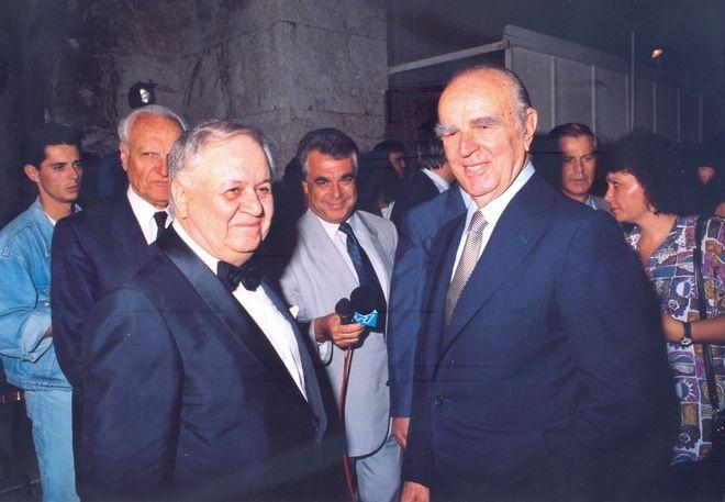 Ο Κωνσταντίνος Καραμανλής με το Μάνο Χατζηδάκι στο Ηρώδειο, το Σεπτέμβριο του 1991