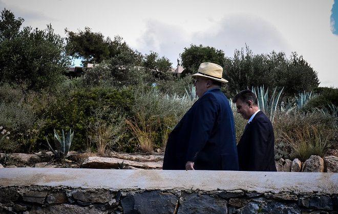 Ο Υπουργός εξωτερικών Νίκος Κοτζιάς λίγο πριν την συνάντησή του με τον Σκοπιανό ομόλογό του και τον ειδικό διαμεσολαβητή του ΟΗΕ Μάθιου Νίμιτς