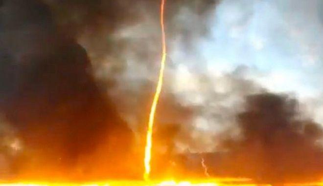 """Firenado"" στη Μεγάλη Βρετανία: Πύρινη στήλη 15 μέτρων σε φωτιά σε εργοστάσιο πλαστικών"