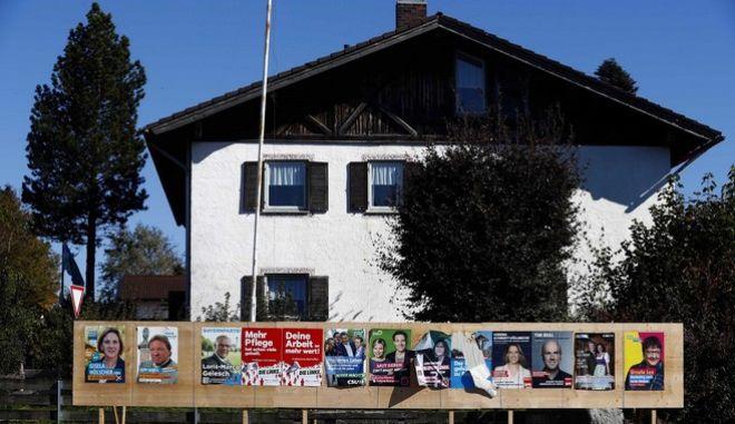 Προεκλογικές αφίσες σε βαυαρικό χωριό
