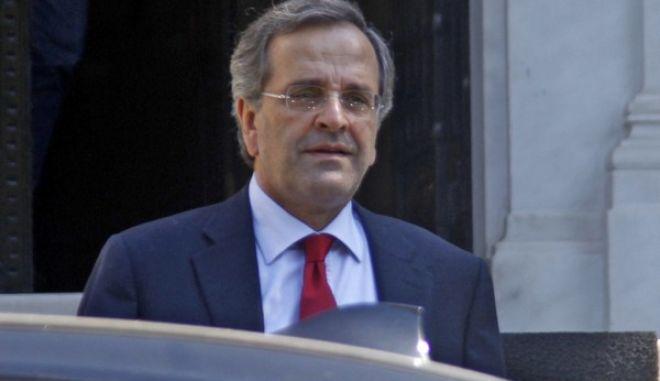 Έξοδος του πρωθυπουργού Αντ. Σαμαρά από το Μέγαρο Μαξίμου το Σάββατο 28 Σεπτεμβρίου 2013. (EUROKINISSI/ΓΙΩΡΓΟΣ ΚΟΝΤΑΡΙΝΗΣ)