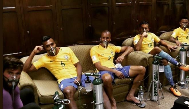 Φωτογραφία: Γιατί οι ποδοσφαιριστές της Βραζιλίας φορούν μάσκες οξυγόνου