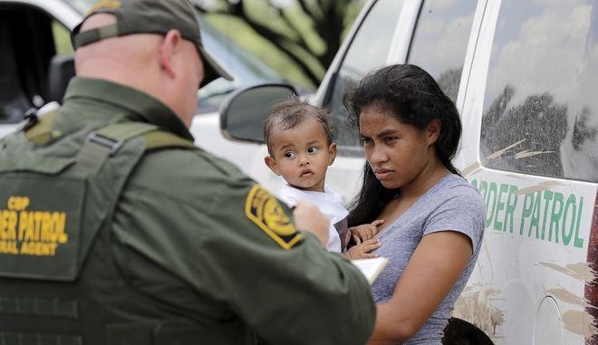 Στη Δικαιοσύνη μητέρες μετανάστριες που τις χώρισαν από τα παιδιά τους