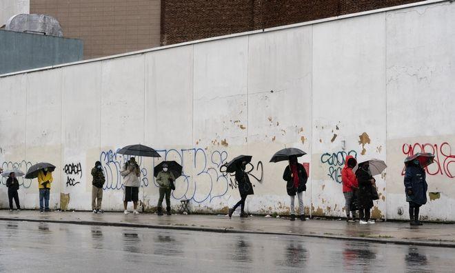 Ψηφοφόροι έξω από εκλογικό κέντρο της Νέας Υόρκης
