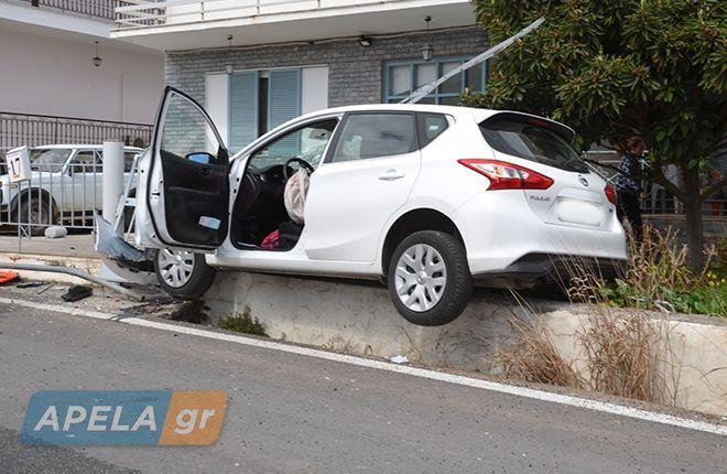 Απίστευτο τροχαίο στη Σπάρτη: Αυτοκίνητο πετάχτηκε στον αέρα και μπήκε στην αυλή σπιτιού