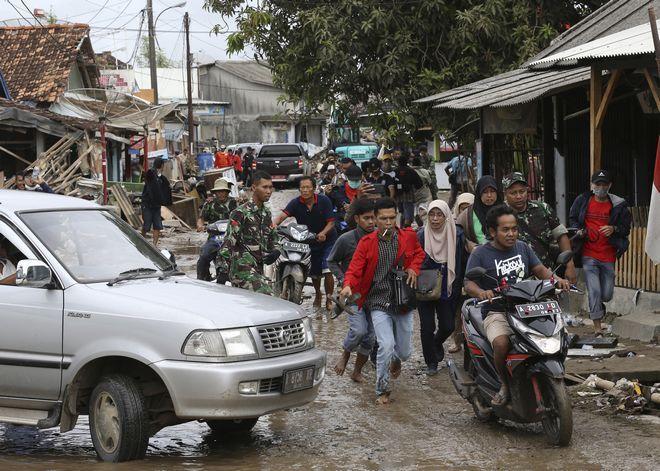 Οικογένειες απομακρύνθηκαν από την πληγείσα περιοχή υπό τον φόβο ενός νέου τσουνάμι