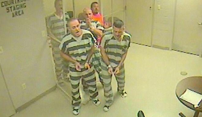 Βίντεο: Κρατούμενοι δραπέτευσαν για να σώσουν τη ζωή φύλακα