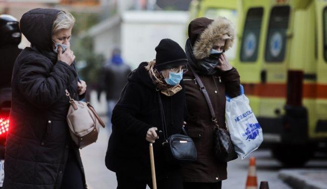 Γυναίκες σε νοσοκομείο φορώντας μάσκα.