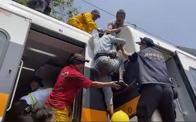 Δεκάδες νεκροί και τραυματίες από εκτροχιασμό τρένου.