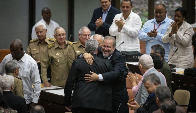 Ο Κουβανός πρωθυπουργός Μανουέλ Μαρέρο αγκαλιάζει τον πρόεδρο Μιγκέλ Ντίαζ Κανέλ (με πλάτη) κατά την Εθνοσυνέλευση