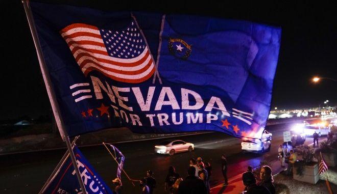 """Αμερικανικές εκλογές: Η κούρσα γίνεται ολοένα πιο αμφίρροπη στις πολιτείες - """"κλειδιά"""""""