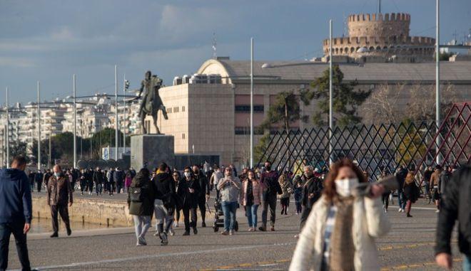 Πολίτες με μάσκες στη Θεσσαλονίκη εν μέσω lockdown