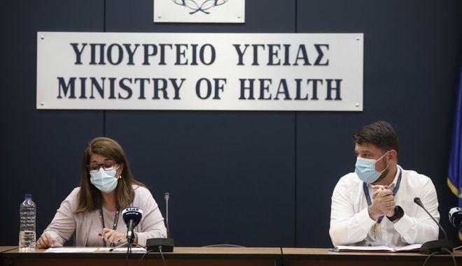 Ο Υφυπουργό Πολιτικής Προστασίας και Διαχείρισης Κρίσεων Νίκος Χαρδαλιάς με την Καθηγήτρια Παιδιατρικής Λοιμωξιολογίας της Ιατρικής Σχολής του ΕΚΠΑ και του ΠΓΝ «Αττικόν» και μέλος της Επιτροπής Εμπειρογνωμόνων Βάνα Παπαευαγγέλου.