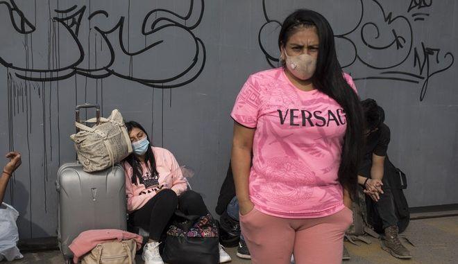 Γυναίκα με μάσκα για τον κορονοϊό στο Περού