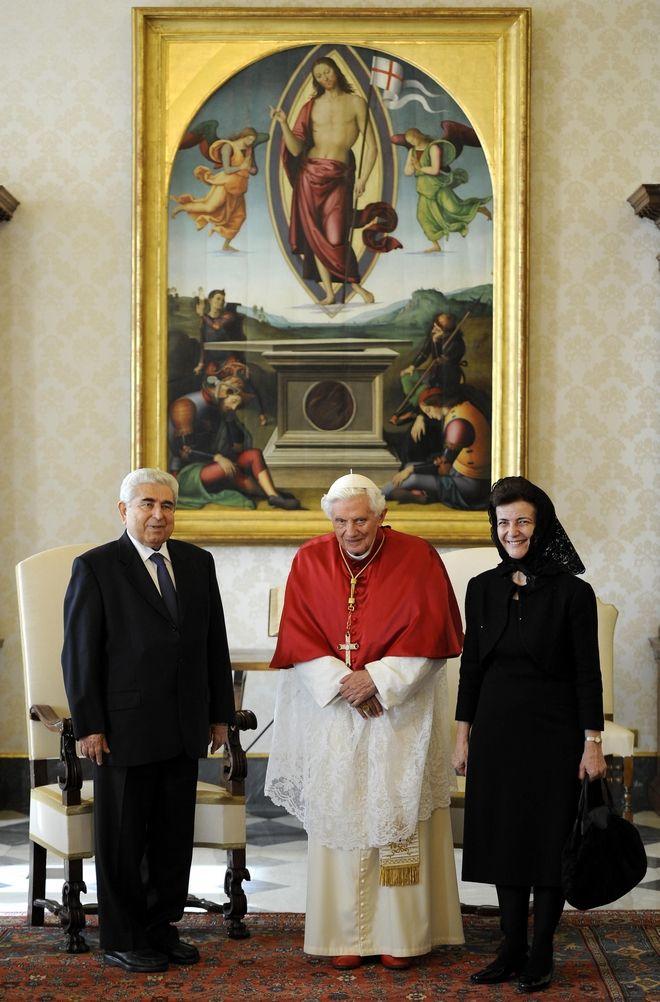Ο Δημήτρης Χριστόφιας με τον Πάπα Βενέδικτο XVI και την σύζυγό του, Έλση, στο Βατικανό (AP Photo/Maurizio Brambatti, pool)