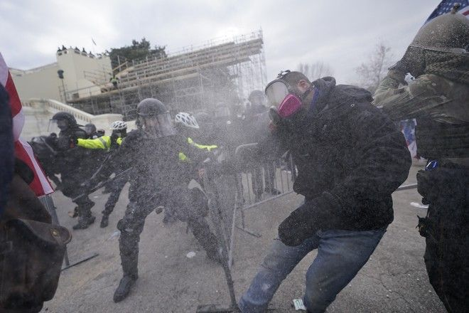 Συγκρούσεις διαδηλωτών με την αστυνομία στις ΗΠΑ